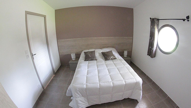 Chambre lit double des gites du Domaine de Veauchette en Forez